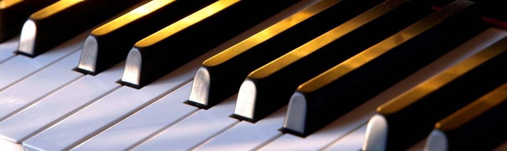 Clavier d'un piano avec des touches blanches et des touches noires appelées dièses.