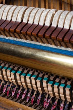 Mécanique de piano droit. Les marteaux de piano percutent les cordes et produise le son.