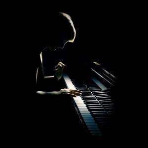 pianiste en concert qui joue sur un piano à queue de concert